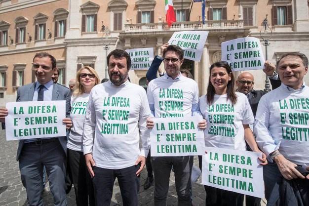Salvini conferma il sogno pistolero: la legittima difesa vuole mettere armi sul comodino degli italiani