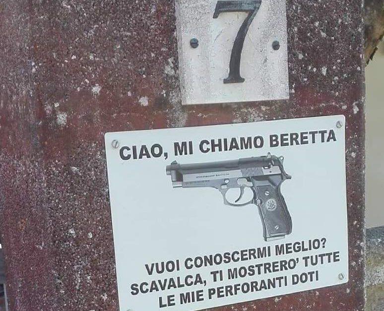 """""""Scavalca e provi la mia perforante pistola"""": la foto che racconta come la provincia italiana sia sempre più violenta"""