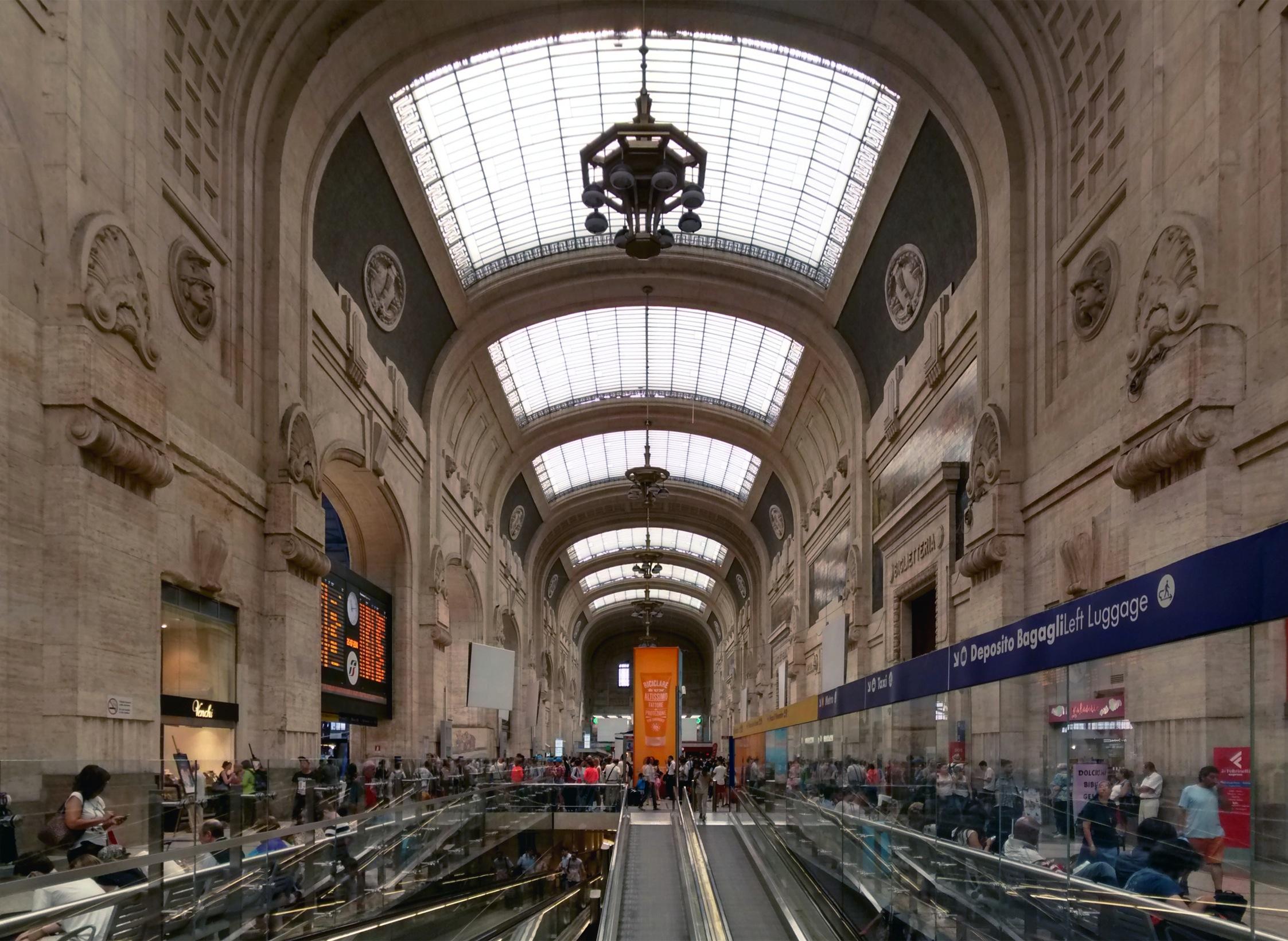 Uomo armato punta la pistola contro un migrante nella stazione di Milano: ecco cosa accade quando ci sono armi in giro