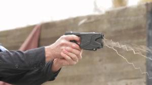 Pazza voglia di armi nel governo: arriva il Taser già datato e i rischi aumentano