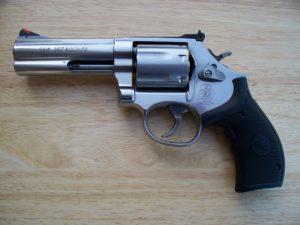 Armi legalmente detenute bottino dei ladri: la legittima difesa diventa un boomerang